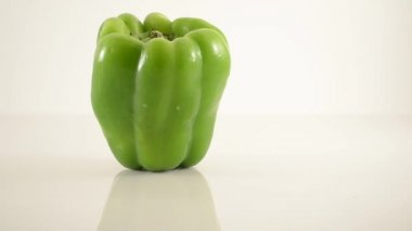 Green Pepper On Acrylic Against White - Dolly Right — Stock Video