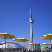CN Tower & Yellow Umbrellas — Stock Photo