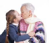 Güzel bir kız annesini öpüyor — Stok fotoğraf