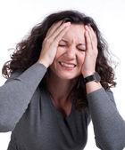 Joven mujer que sufría de un terrible dolor de cabeza — Foto de Stock