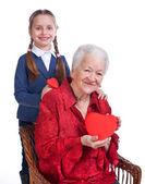 Vnučka a babička se srdíčky — Stock fotografie