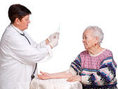Doctor preparing injection for old woman — 图库照片