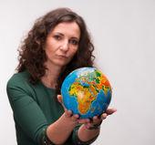 Rizado mujer sosteniendo un globo — Foto de Stock