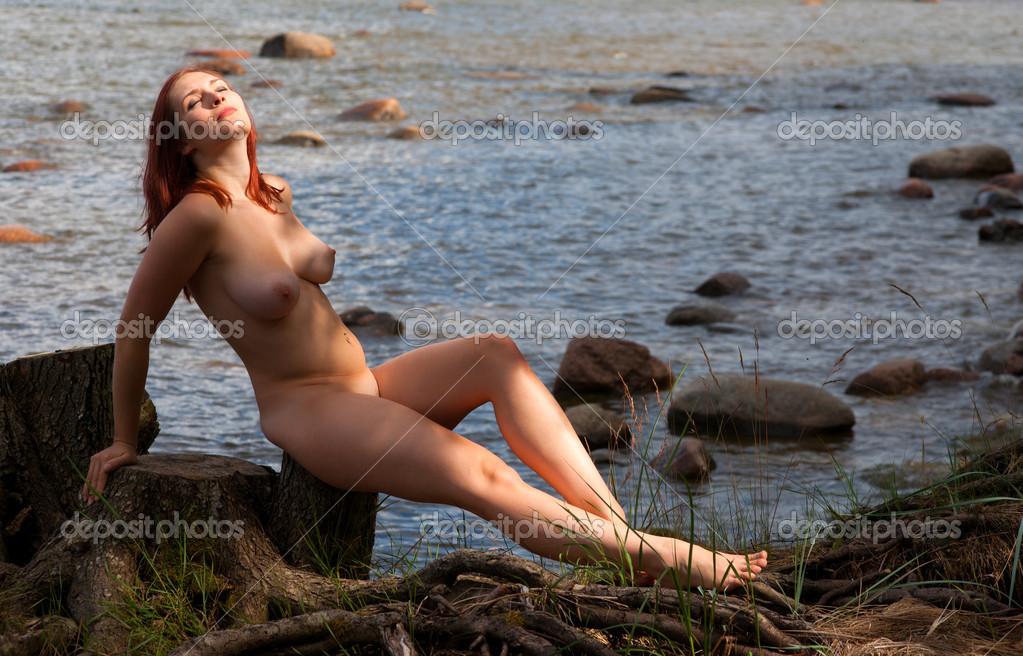 Сидит голая женщина 4 фотография