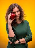 Portrait d'une jolie femme avec une pomme — Photo