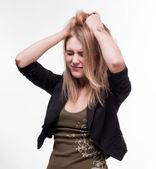 Joven mujer que sufre de dolor de cabeza — Foto de Stock