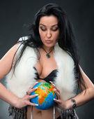 Hermosa mujer sosteniendo un globo — Foto de Stock
