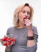 Ritratto di una donna godere mangiando fragole — Foto Stock