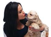Vacker flicka kysser amerikanska spanie — Stockfoto