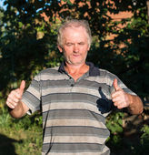 Senior poor man showing yes sign — Stock Photo