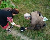 Homem faz um tolo de mulher pedindo dinheiro — Foto Stock