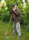 Poorsad farmer with a hoe — Foto de Stock