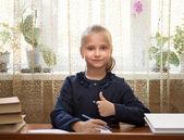 Studentka studuje ve škole — Stock fotografie