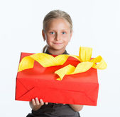 Portrait of smiling little girl with gift box — Stock Photo