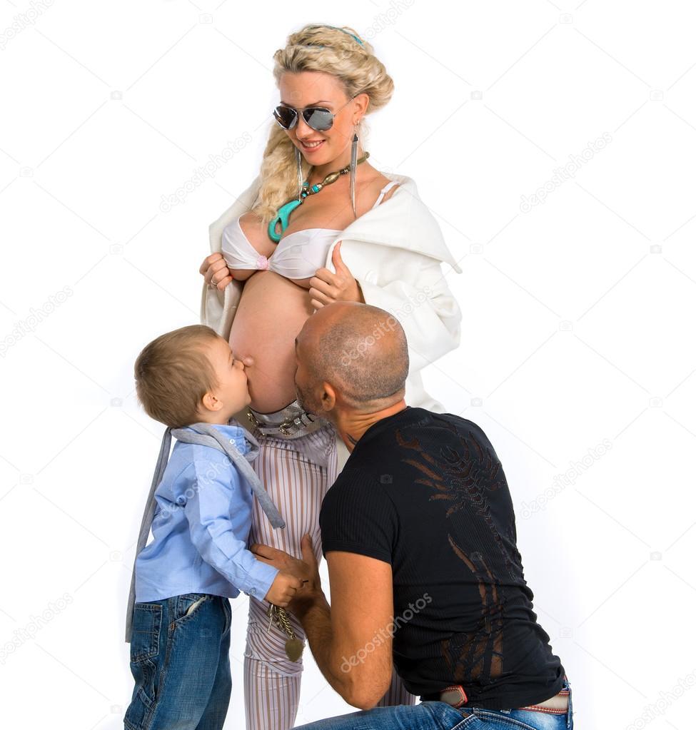 Беременная блондинка с мужем