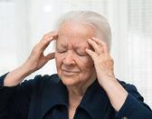 Baş ağrısı muzdarip kadın kıdemli — Stok fotoğraf