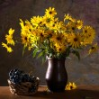 Bunch of bright yellow flowers (rudbeckia) in brown vase and gr — Stock Photo