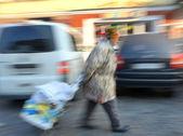 Bezdomna kobieta pchanie wózka — Zdjęcie stockowe