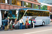 Bus for tourists transportation and group of tourists — 图库照片