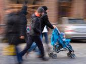 Människor på gatorna i staden — Stockfoto