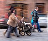 Gente en las calles de la ciudad — Foto de Stock