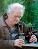 Hombre borracho bebiendo cerveza — Foto de Stock