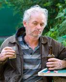 Dronken man bier drinken — Stockfoto