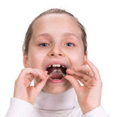 Mädchen, die auf medizinische klammern für kieferorthopädie — Stockfoto