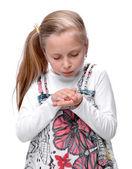 Kleines mädchen mit einem verletzten finger — Stockfoto