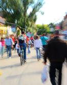Människor går längs gatan — Stockfoto