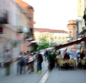 Mensen gaan langs de straat — Stockfoto