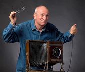человек с камерой старинные деревянные фото — Стоковое фото