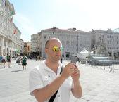 Man tar en bild med sin smartphone — Stockfoto