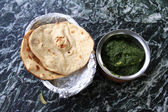 Indian cuisine: chicken in spinach gravy with naan — Stock Photo