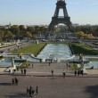 Area with a pool in front of the Eiffel tower. Paris — Stock Photo