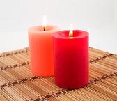 Candele accese su un tovagliolo di bambù — Foto Stock
