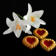 Heart-shaped cookies and Two white lilies — Stock Photo