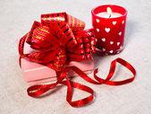 подарок и горящая свеча — Стоковое фото