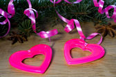 Dos corazones colgando de la cinta — Foto de Stock