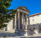 Roman temple - Pula — Stock Photo