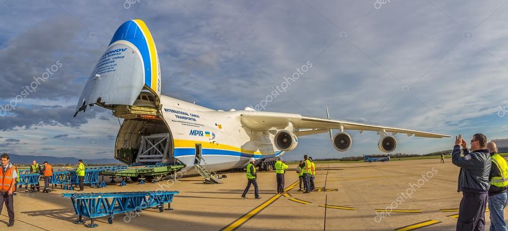 在2013 年 11 月 10 日到安东诺夫 225 mriya 飞机重量重装货萨格勒布