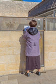 Woman praying outside of the Wailing Wall — Stock Photo
