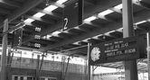 Skyltat till järnvägen och klocka — Stockfoto