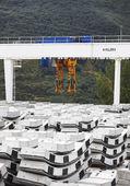 桥式起重机与基石 — 图库照片