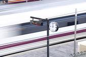 Estación de tren. salida del tren de alta velocidad. — Foto de Stock