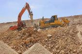 Grävmaskin-maskiner laddar jord — Stockfoto