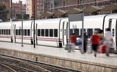 пассажиров на железнодорожный вокзал — Стоковое фото