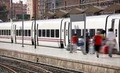 Passagerare ombordstigning på en järnvägsstation — Stockfoto