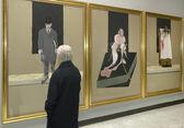Uomo all'interno di un museo — Foto Stock