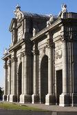 Puerta de alcalá en la ciudad de madrid — Foto de Stock